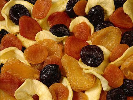 פירות יבשים בתפזורת- שזיפים שחורים, מישמישים כתומי (צילום: jupiter images)