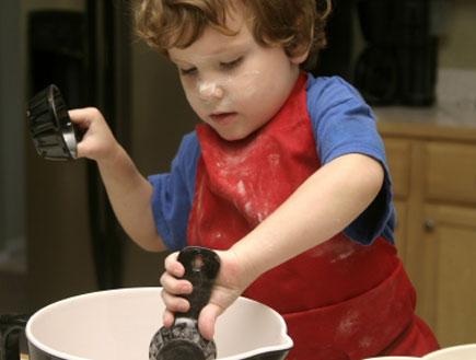 ילד מבשל (צילום: iStock)