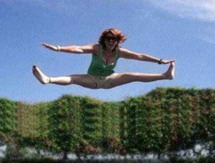 אישה קופצת ועושה שפגט באוויר (צילום: אור גץ)