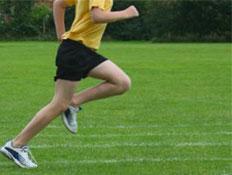 אדם מבצע ריצה על דשא (צילום: אור גץ)