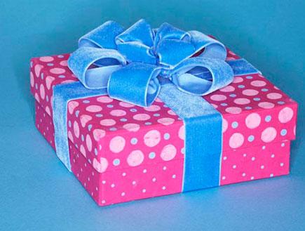 קופסת מתנה ורודה ומעוטרת עטופה בסרט כחול (צילום: jupiter images)