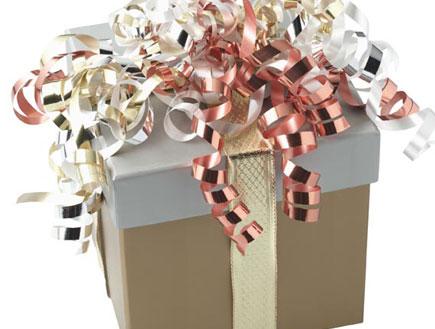 קופסת מתנה אפורה עטופה בסרטים מוזהבים ואדומים (צילום: jupiter images)