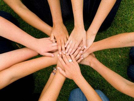 יד על יד בצורת מעגל (צילום: אור גץ, iStock)