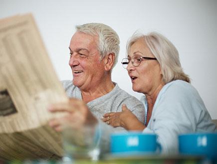 זוג זקנים קוראים עיתון (צילום: LdF, Istock)