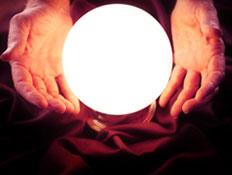 ידיים חובקות כדור בדולח מואר (צילום: אור גץ, iStock)