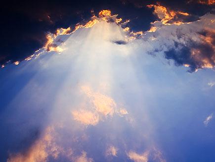 שמיים כחולים,עננים שחורים שמתוכם יוצא אור (צילום: אור גץ, SXC1)