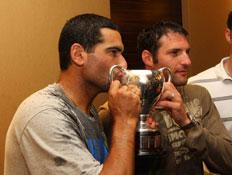 רם וארליך מנשקים גביע (צילום: עודד קרני)
