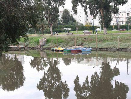 השתקפות עצים וסירות בנהר הירקון (צילום: עודד קרני)