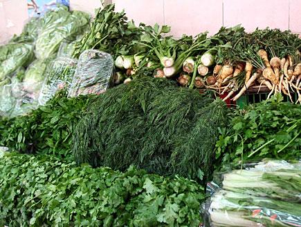 עשבים / תבלינים - בזיליקום, שמיר, פטרוזיליה (צילום: עודד קרני)