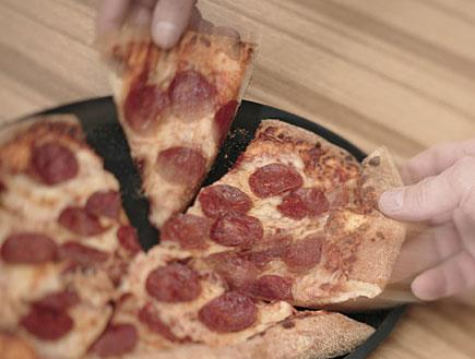 מגש פיצה עם נקניק (צילום: jupiter images)