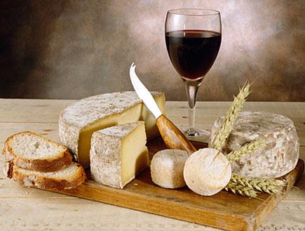 טיול בגליל: יין אדום וגבינות (צילום: jupiter images)
