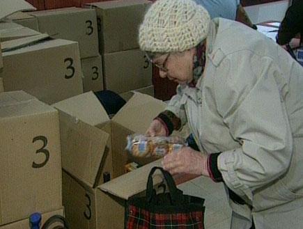 חלוקת מזון לנזקקים (תמונת AVI: חדשות 2)