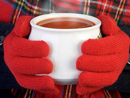 ידיים מחזיקות מרק חם (צילום: istockphoto)
