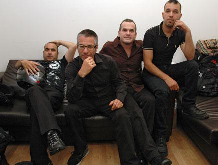 חברי להקת משינה יושבים על ספת עור שחורה (צילום: mako)