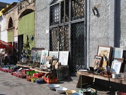 תמונות וחפצי אומנות בשוק הפשפשים (צילום: עודד קרני)