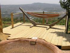 ערסל על מרפסת עץ בנמרוד