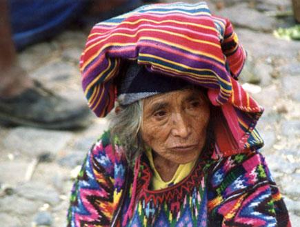 זקנה בלבוש מסורתי באגם אטייטלן בגואטמלה (צילום: SXC)