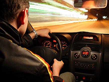 גבר נוהג בלילה