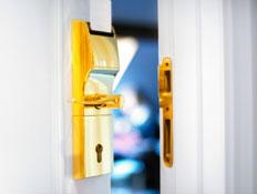 דלת נפתחת במלון בפריז (צילום: iStock)