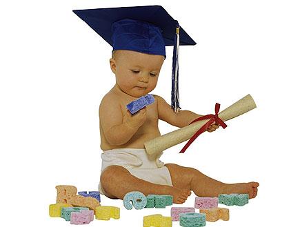 תינוק בחיתול עם כובע אקדמי מחזיק תעודה ואותיות (צילום: jupiter images)