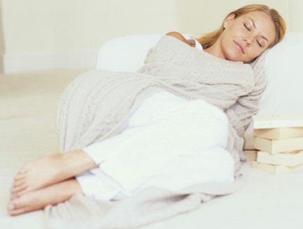 בחורה מכורבלת עם שמיכה ישנה (צילום: אור גץ)