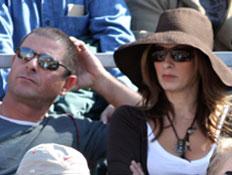 מירי נבו צופה במשחק טניס באיצטדיון (צילום: mako)