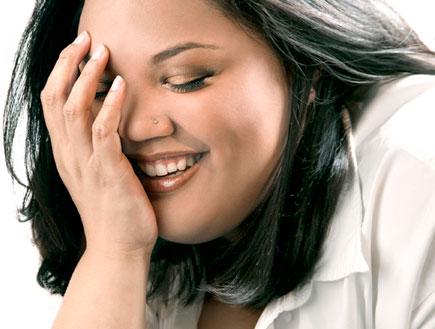 אשה מכסה את עיניה בידה (צילום: אור גץ, jupiter images)