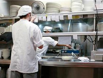 שף במטבח (צילום: אור גץ, iStock)