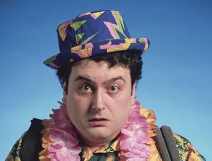 תייר מבולבל בלבוש ססגוני