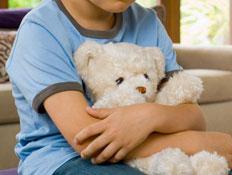 ילד עצוב עם דובי - אילוסטרציה (צילום: pixland)