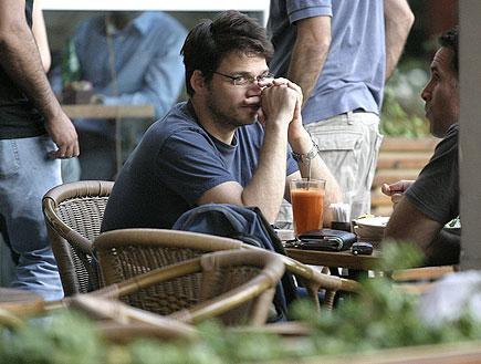 אוהד קנולר בבית קפה (צילום: שוקה)