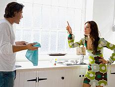 ויכוח 3- בחורה עומדת ומרימה את היד על בן זוגה (צילום: אור גץ)