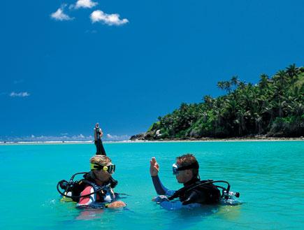 זוג צוללנים במימי האי פרגייט