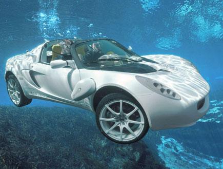 מכונית צוללת בתוך המים בקלוז אפ (צילום: רינספיד)