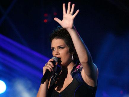 מרינה מקסימליאן בלומין- בשמלה שחורה במהלך הופעה (צילום: אור גץ, 2 mako)