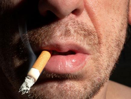 גבר מעשן (צילום: igor terekhov, Istock)
