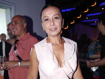אוולין הגואל - בחצאית מיני שחורה וחולצה לבנה (צילום: אור גץ)