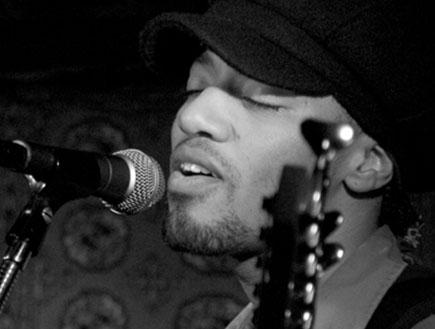 תמונת שחור לבן של זמר שחור בקפה ווא בניו יורק