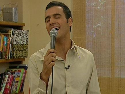 """עידן יניב שר את """"את יפה""""23366 (תמונת AVI: זמן איכות עם הילה אלפרט)"""