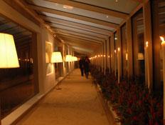 מסדרון במסיבה של גיידמאק (צילום: אור גץ)