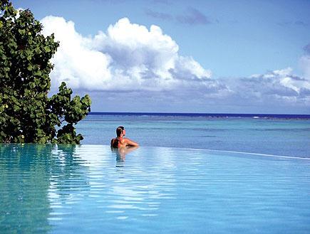 בחורה בבריכה משקיפה לים בפסיפיק ריזורט באי איטוטאק