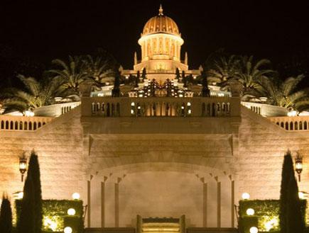 אטרקציות בצפון: הגנים הבאהיים בחיפה מוארים בלילה (צילום: איציק מרום)