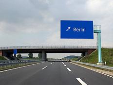 שלט המורה לכיוון ברלין