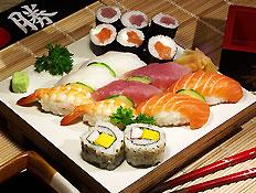 צלחת עם מינים שונים של סושי