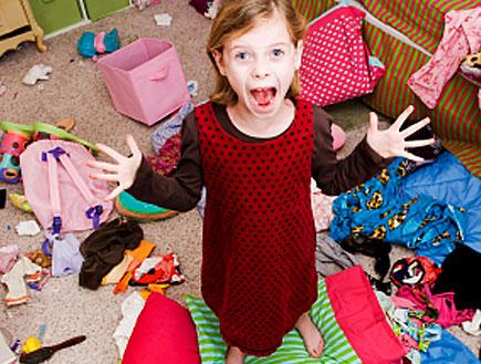 ילדה בחדר מבולגן (צילום: Figure8Photos, Istock)