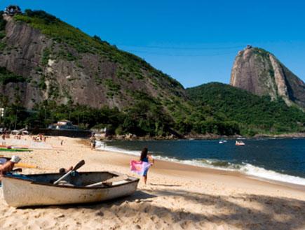 הר הסוכר בריו דה ז'נרו שנראה מהחוף האדום (צילום: iStock)