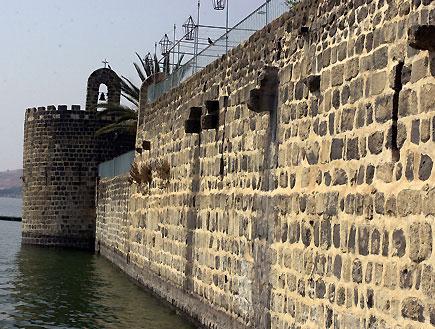 טיולים בצפון: חומות אבן נושקות לכנרת בטבריה
