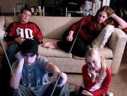 4 ילדים צופים בטלויזיה בסלון (צילום: Sandra O'Claire, Istock)