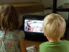 ילד וילדה צופים בטלויזיה (צילום: archives, Istock)
