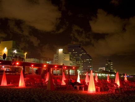 מנורות משולשות על חוף ימה של תל אביב בלילה (צילום: איציק מרום)